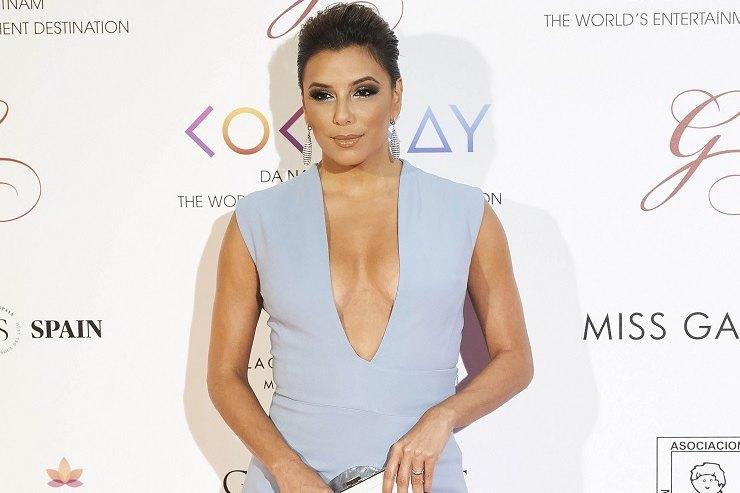 42-летняя Ева Лонгория внежном платье сэкстремально глубоким декольте