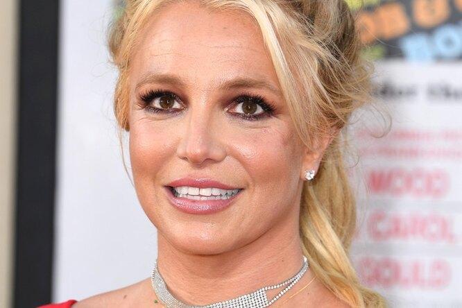 Бритни Спирс подчеркнула все недостатки своей фигуры платьем непо размеру
