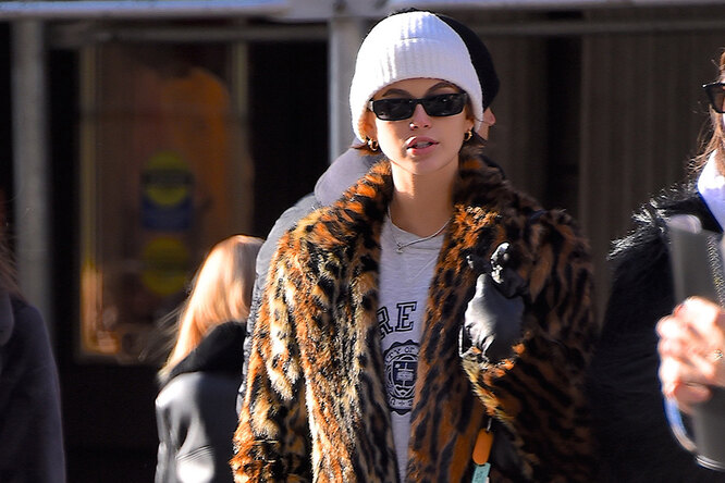 Кайя Гербер всамом теплом имодном пальто сезона гуляет поморозному Нью-Йорку