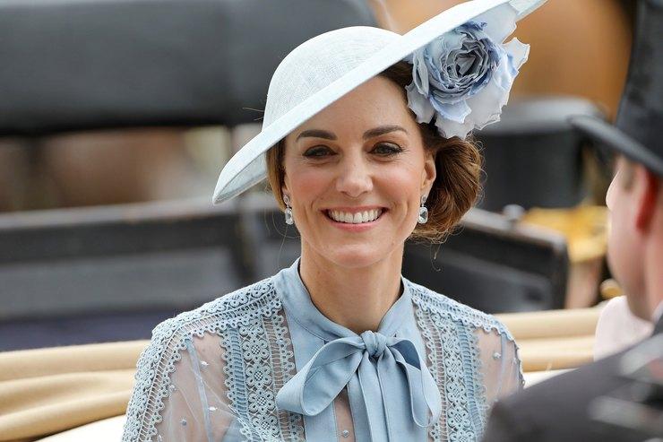 Кейт Миддлтон вполупрозрачном платье ив шляпке срозой побывала наскачках