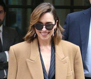 Как у Эмилии Кларк: 10 огромных пальто в пол, которые заменят пуховики
