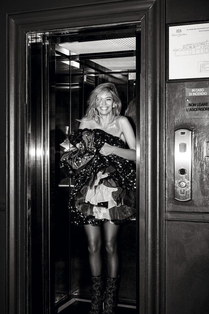 На Вере: колготки из полиамида и эластана, H&M; ботильоны из кожи, полиэстера и полиамида, серьга из цинка, латуни и стекла – все Giambattista Valli x H&M.  В руках у Веры: платье из полиэстера, хлопка и шелка, Giambattista Valli x H&M