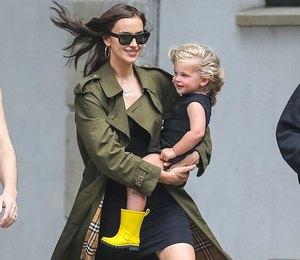 Ирина Шейк в резиновых сапогах Chanel сводила дочку в парк
