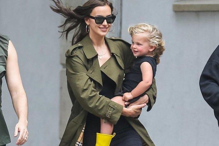Ирина Шейк врезиновых сапогах Chanel сводила дочку впарк