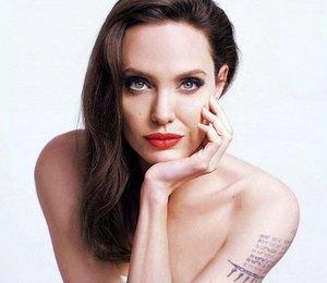 Непривычно неприлично: Анджелина Джоли надела блузу с открытым животом