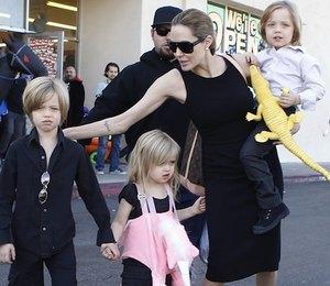 Дети Анджелины Джоли и Брэда Питта разгромили ресторан!