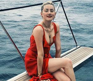 Эмбер Херд в алом платье с глубоким декольте поплавала на яхте в Италии