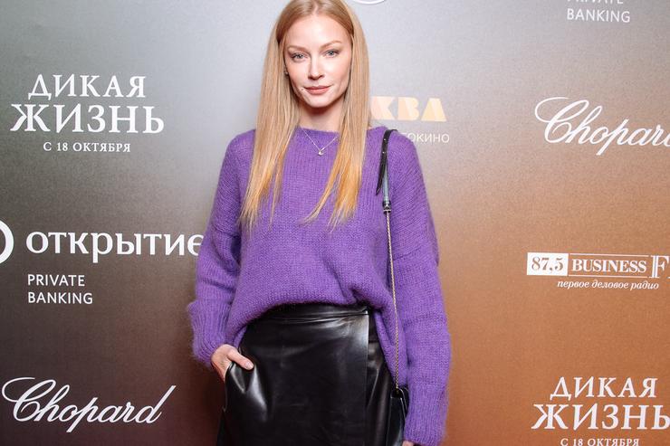 Дух 90-х: Светлана Ходченкова учит сочетать лаковую кожу итрикотаж