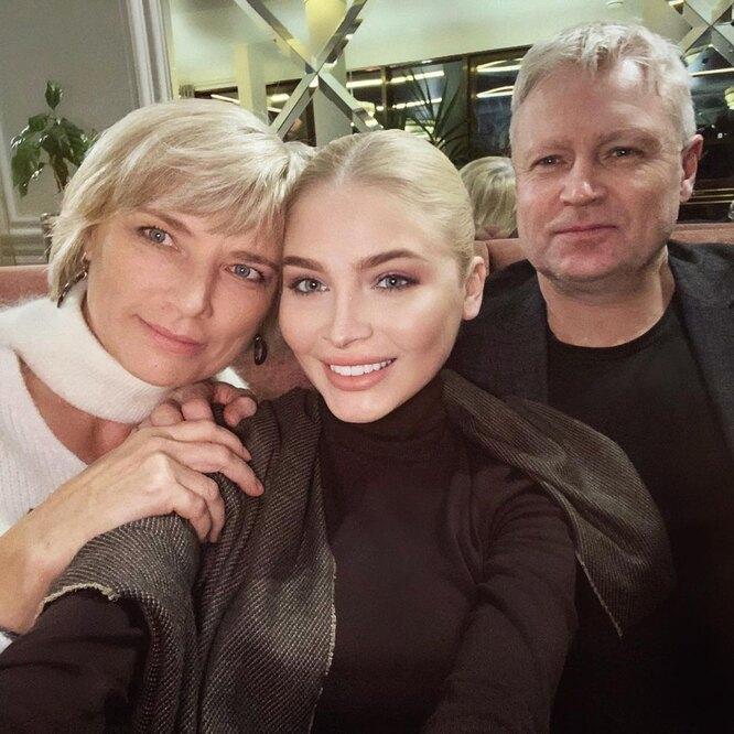Алена Шишкова с родителями