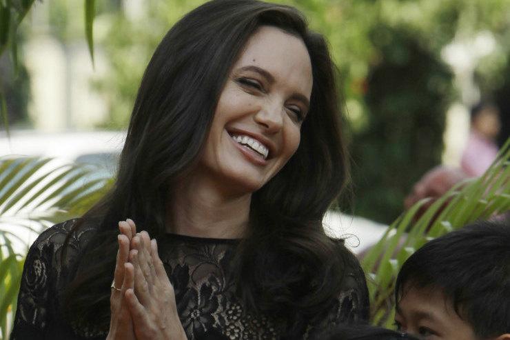 Сияющая Анджелина Джоли произвела фурор вярко-розовом платье напремьере фильма