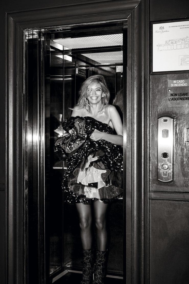 На Вере: колготки изполиамида иэластана, H&M; ботильоны изкожи, полиэстера иполиамида, серьга изцинка, латуни истекла – все Giambattista Valli x H&M. Вруках уВеры: платье изполиэстера, хлопка ишелка, Giambattista Valli x H&M