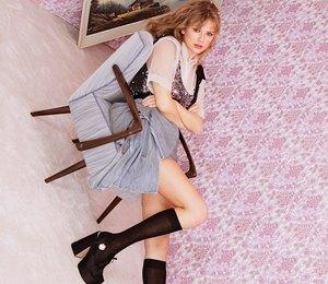 Тейлор Свифт в блестящем топе снялась для глянца