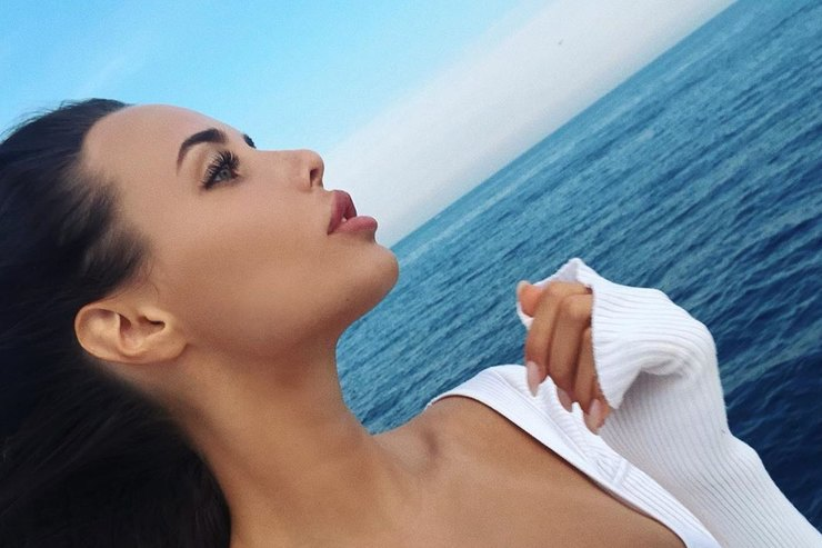 Беременная Анастасия Решетова вбикини обнималась сТимати наберегу океана