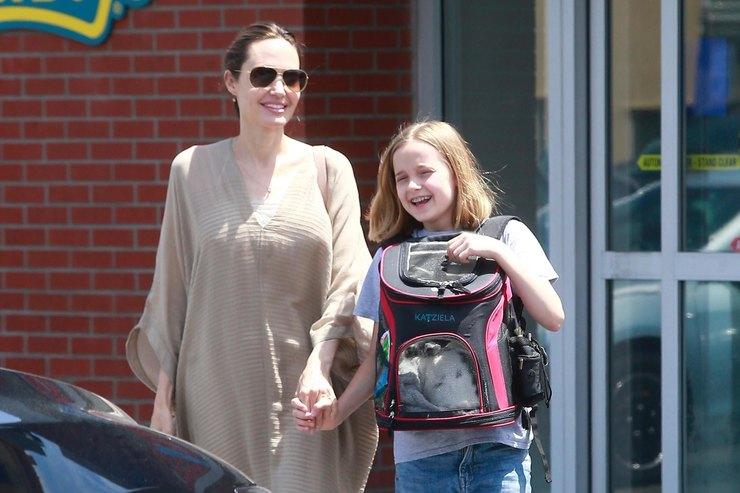 Анджелина Джоли вплатье-коконе вместе сдочерью сходила взоомагазин