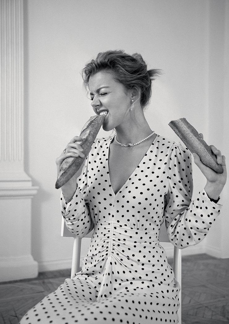 На Юлианне: платье извискозы ихлопка, мюли изполиэстера – все H&M; серьги иколье изметалла сродиевым покрытием скристаллами – все Swarovski