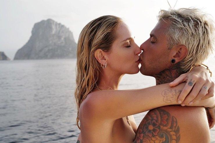 Кьяра Ферраньи топлес поцеловала мужа наотдыхе вИспании