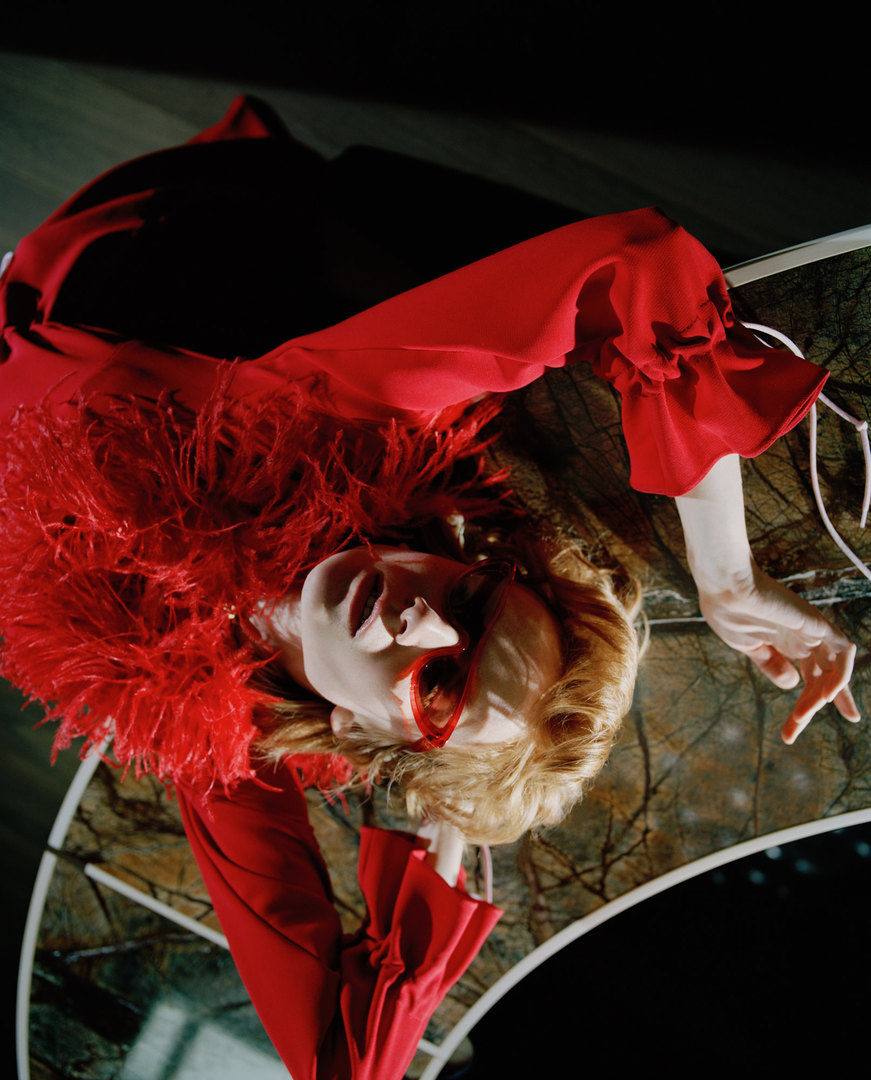 Очки Balenciaga, платье Daria Bardeeva.  Giorgetti, стол Gordon Minotti, стул Flavin