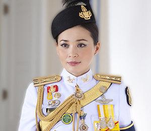 Новая королева Тайланда позировала внациональном костюме ивоенной форме