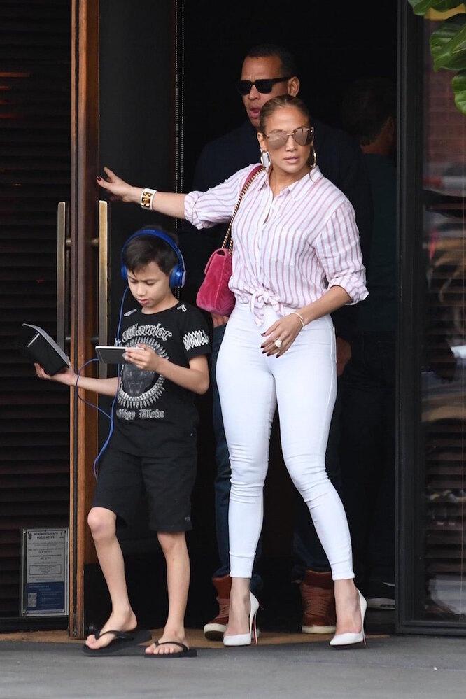парни в белых джинсах