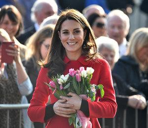 Кейт Миддлтон в алом пальто Carolina Herrera приехала в Северную Ирландию