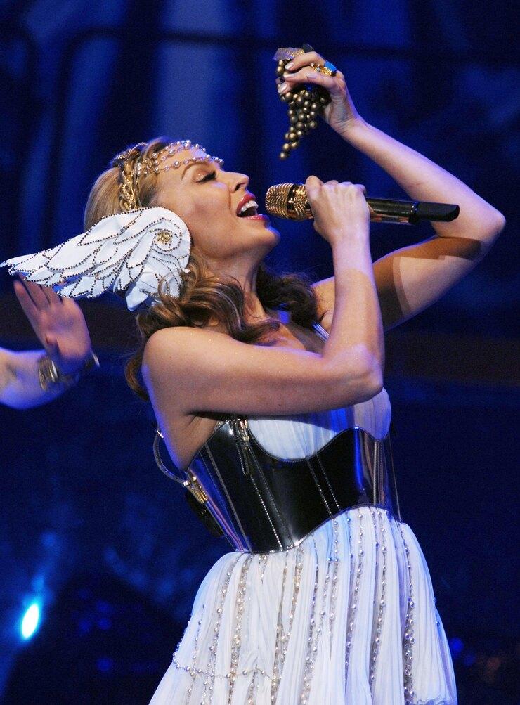 Костюм встиле греческой богини длятура вподдержку альбома Aphrodite создали Dolce & Gabbana.