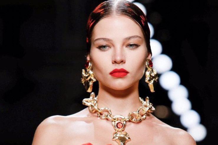Алеся Кафельникова прошлась поподиуму вобразе страстной итальянки