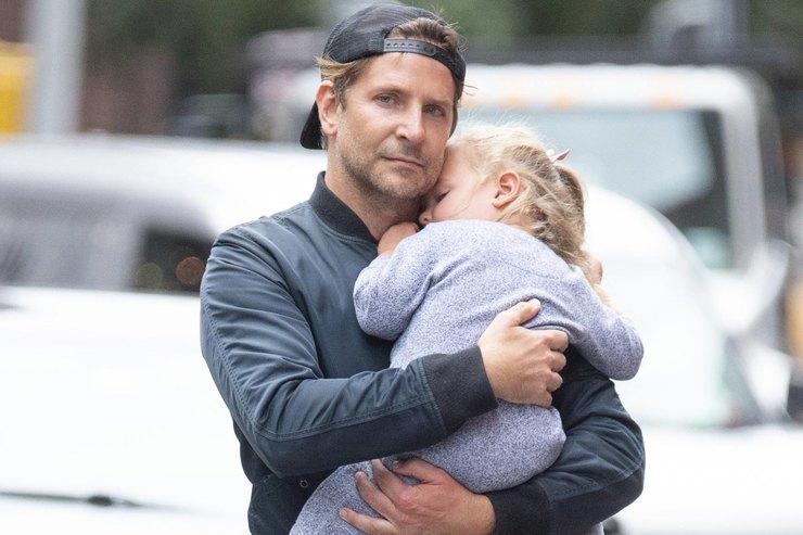 Брэдли Купер вярких брюках нежно обнимал дочь напрогулке