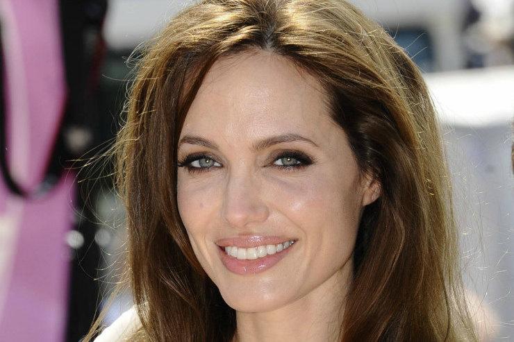Анджелина Джоли гуляет сдетьми вплатье «вторая кожа»