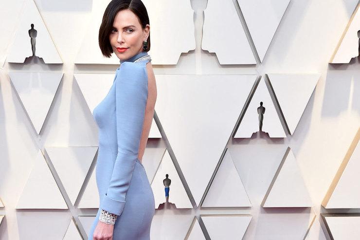 Шарлиз Терон превратилась вбрюнетку ив платье сголой спиной пришла на«Оскар»