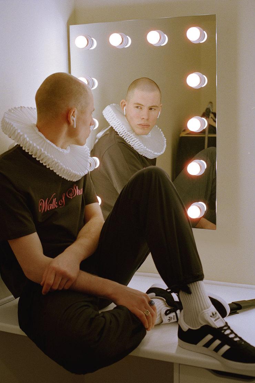 Футболка WOS, брюки Cotton Citizen, кроссовки adidas Originals
