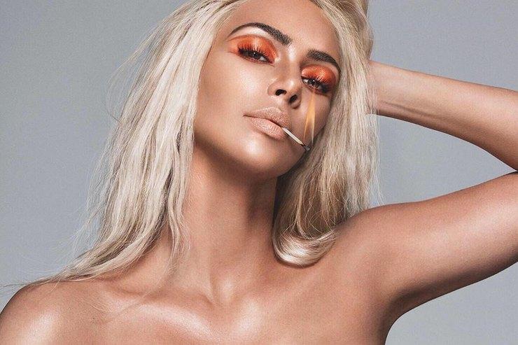 Ким Кардашьян вкорсетном платье представила новую коллекцию косметики