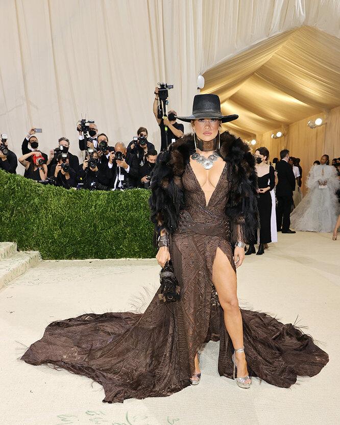 """<a href=""""https://graziamagazine.ru/fashion/news/kovboi-ili-indeycy-dzhennifer-lopes-vybrala-autentichnyy-naryad-dlya-met-gala-2021/"""">Дженнифер Лопес (в Ralph Lauren) на Met Gala 2021</a>"""