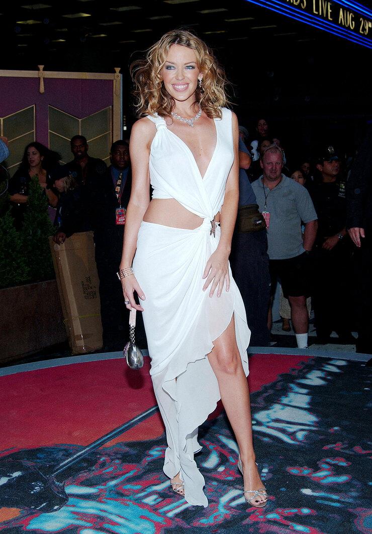 Белые разлетающиеся наряды стали визитной карточкой Кайли. Нацеремонии MTV Video Music Awards вНью-Йорке певица произвела фурор вплатье Emanuel Ungaro.