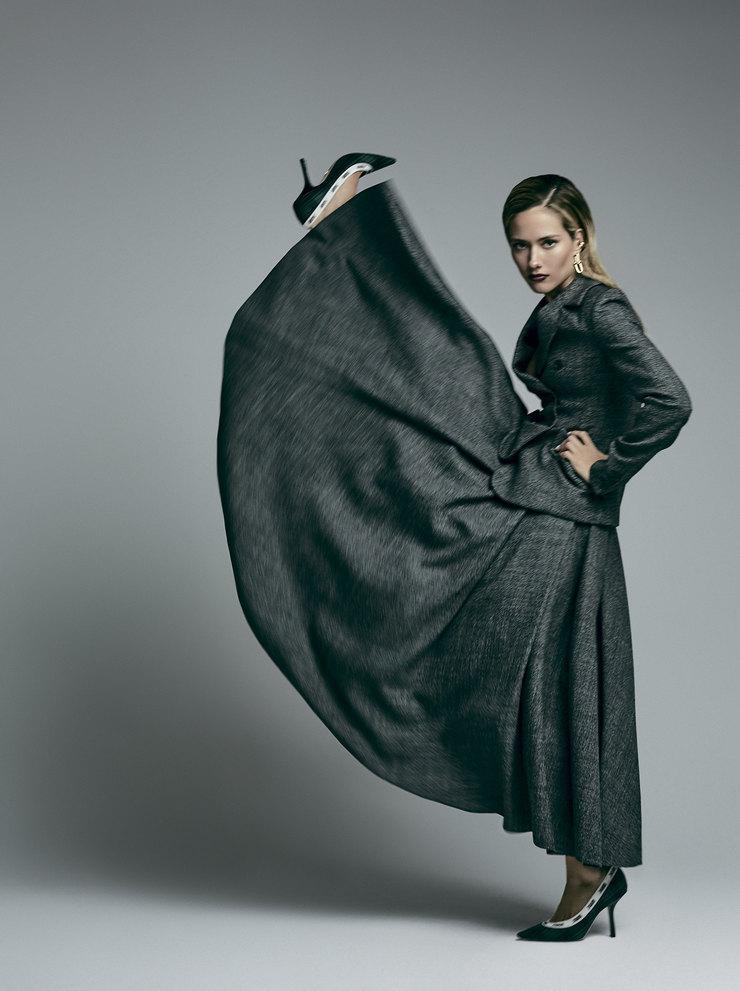 На Юле: шерстяные жакет июбка, туфли изкожи ихлопка – все Dior; серьги изжелтого золота, Tiffany Hardwear, Tiffany & Co.