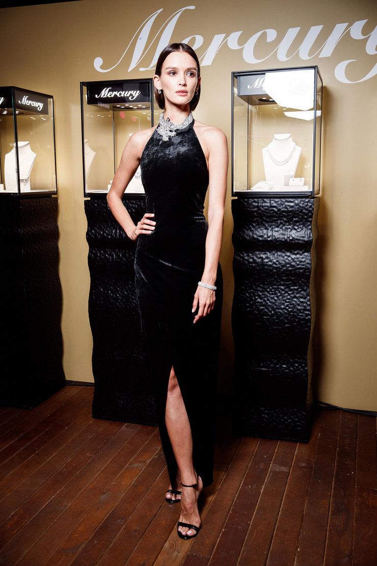 Паулина Андреева вплатье Balmain, браслете исерьгах Mercury изколлекции Classic избелого золота сбриллиантами
