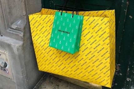 Что дальше? Balenciaga будут продавать «поношенную» сумку за345 тысяч рублей