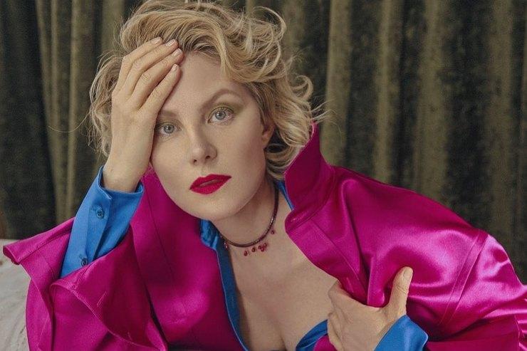 Рената Литвинова призналась, что ее любимые украшения — это гильотина икандалы