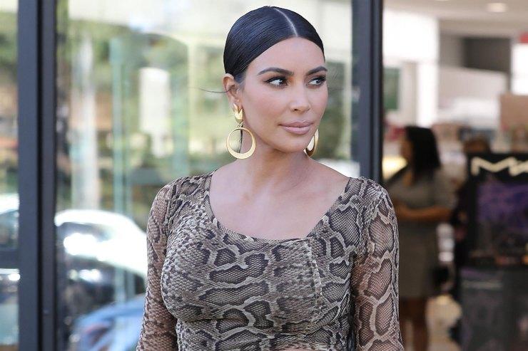 Ким Кардашьян подчеркнула женственные формы сексуальным нарядом