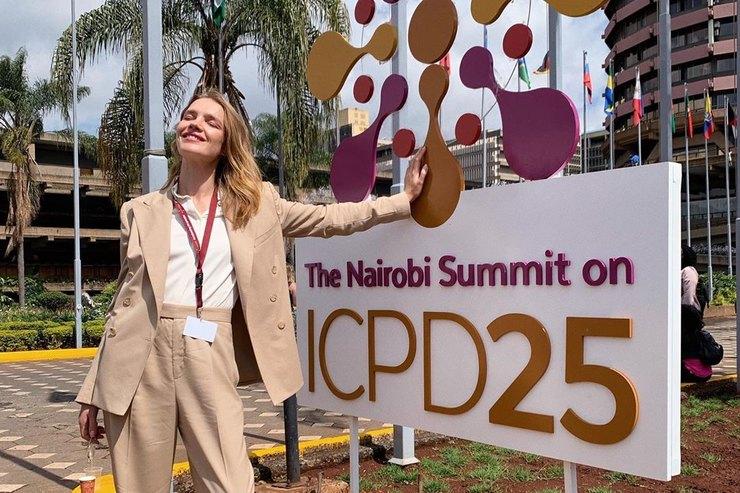 Как носить поло подклассический костюм — показывает Наталья Водянова