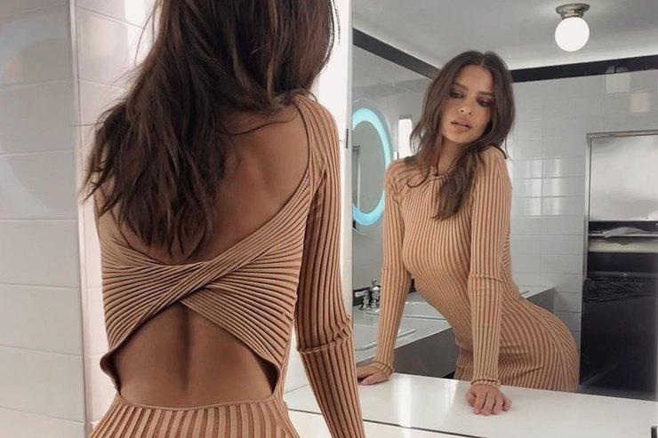 Эмили Ратаковски позировала втрикотажном платье соткрытой спиной