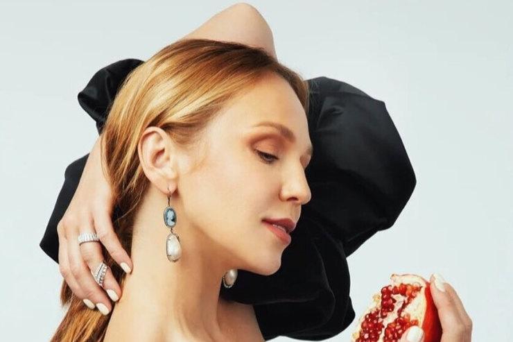 Альбина Джанабаева в«опасном» платье пикантно обнажила спину
