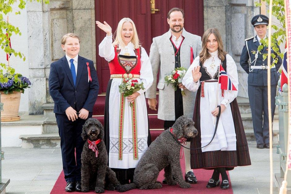Кронпринц Норвегии Хокон сженой Метте-Марит идетьми