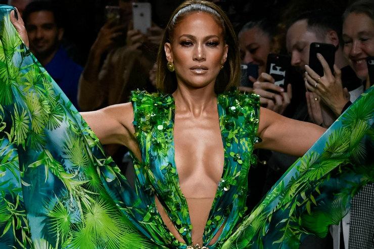 Дженнифер Лопес снова надела легендарное платье Versace — иона выглядит внем лучше, чем 19 лет назад