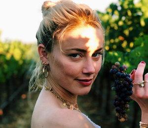 Эмбер Херд кокетливо позировала среди виноградников в Калифорнии