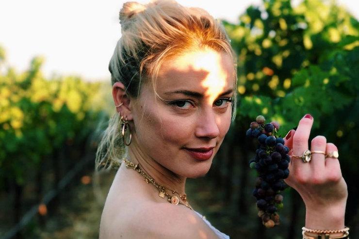 Эмбер Херд кокетливо позировала среди виноградников вКалифорнии
