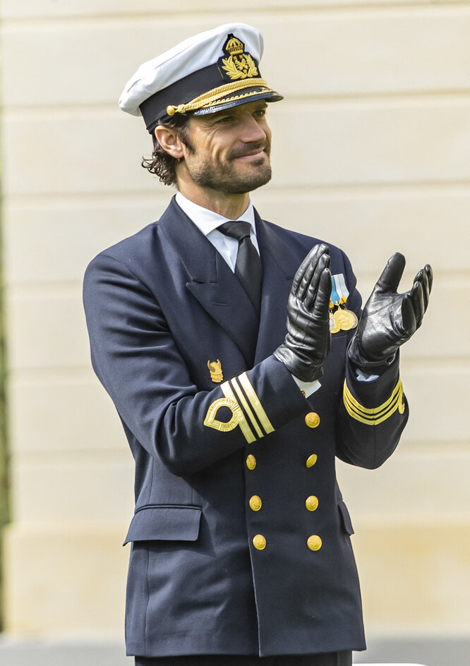 От новых фото шведского красавца-принца в военной форме