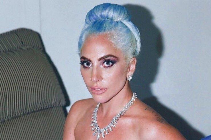 Леди Гага вэкстремально коротких шортах иуггах позировала наполу