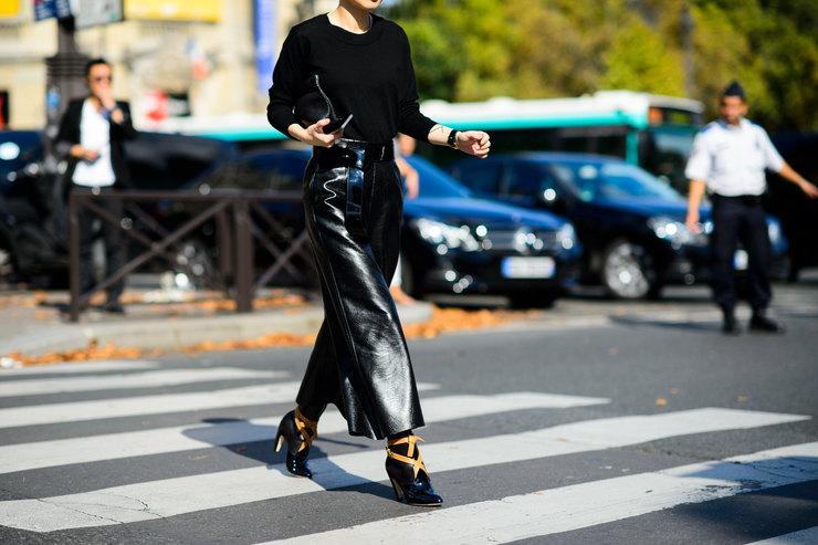 Брюки изглянцевой кожи: какие купить ис чем носить