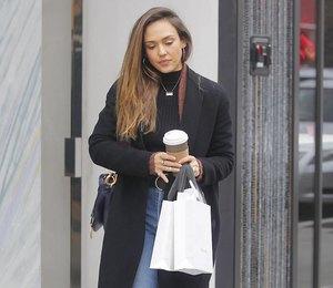 Джессика Альба в сапогах с коровьим принтом и широких джинсах сходила на шопинг
