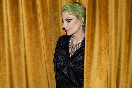 Молодо-зелено! Рената Литвинова сярким цветом волос напремьере своего нового фильма